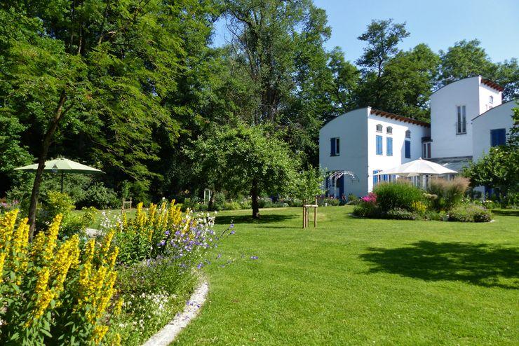 Blick vom Waldbeet auf die Terrasse KAISER + KAISER - Visionen für Freiräume GbR Garten im Landhausstil