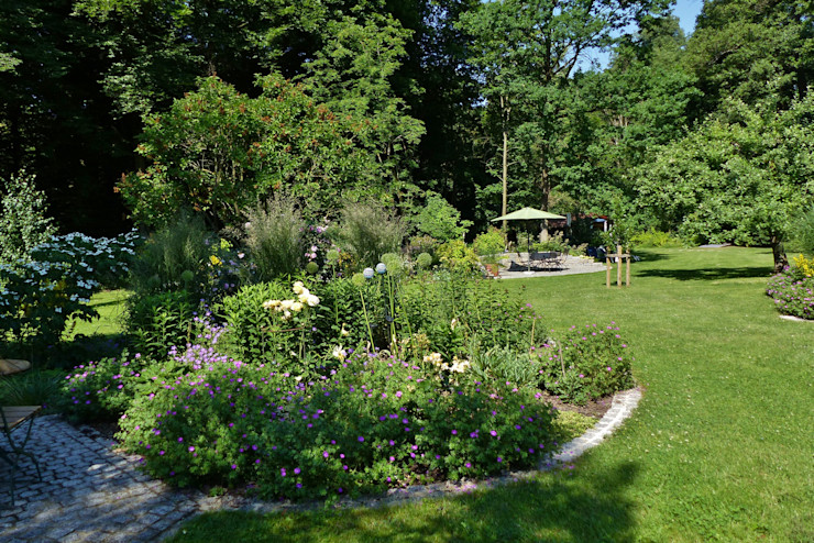 Blick vom Beet an der Grillhütte auf den Sitzplatz am Waldbeet KAISER + KAISER - Visionen für Freiräume GbR Garten im Landhausstil
