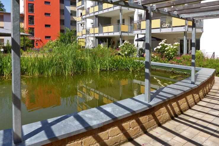 der Teich mit der Pergola im Zentrum des Innenhofs KAISER + KAISER - Visionen für Freiräume GbR GartenSchwimmbecken und Teiche