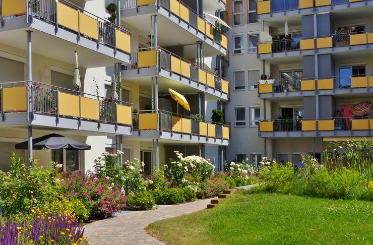 Innenhof - Pflanzstreifen vor dem Haus B KAISER + KAISER - Visionen für Freiräume GbR GartenPflanzen und Blumen