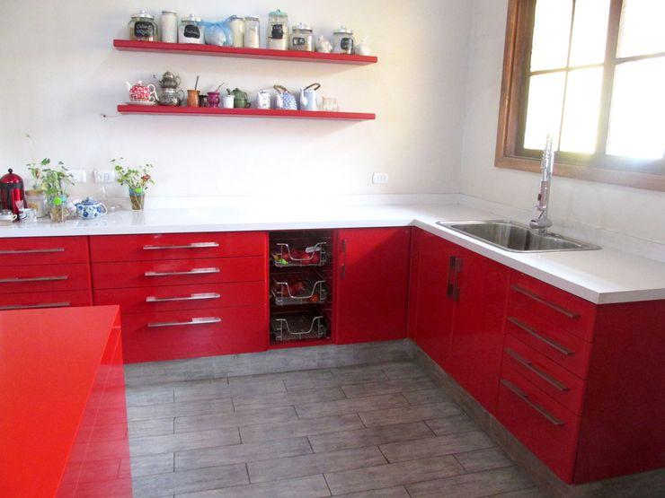 Muebles de cocina laminado rojo cubierta cuarzo Silestone blanco ABS Diseños & Muebles CocinaEstanterías y gavetas Contrachapado Rojo