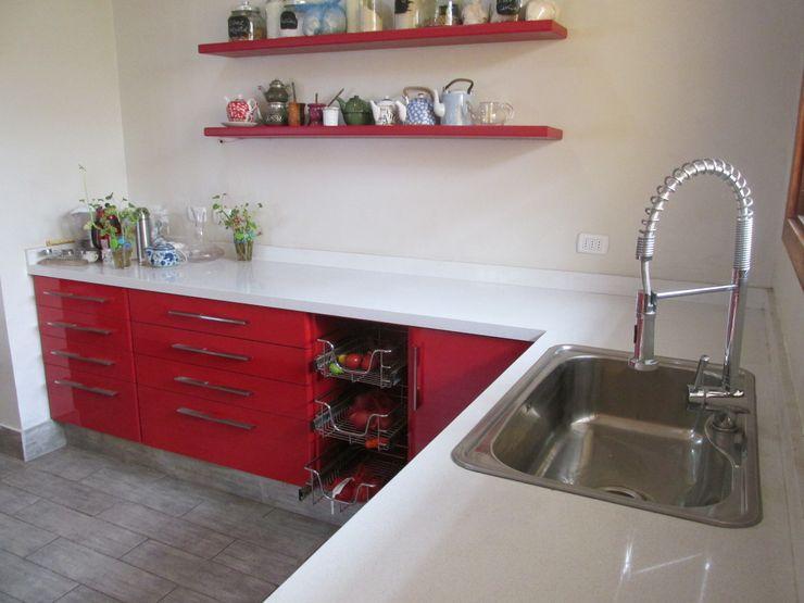 Muebles de cocina laminado rojo con cubierta cuarzo Silestone blanca ABS Diseños & Muebles CocinaLavaplatos y grifería Cuarzo Rojo