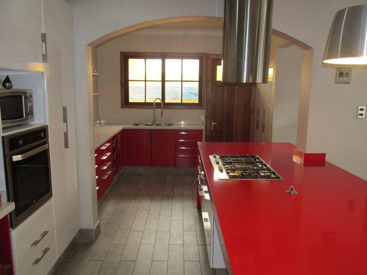 Muebles de cocina minimalista blanco y rojo ABS Diseños & Muebles CocinaEstanterías y gavetas Contrachapado Rojo