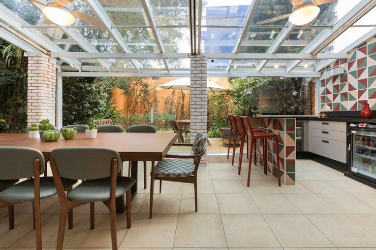 Casa CR Maluf & Ferraz interiores Varandas, alpendres e terraços modernos Multi colorido