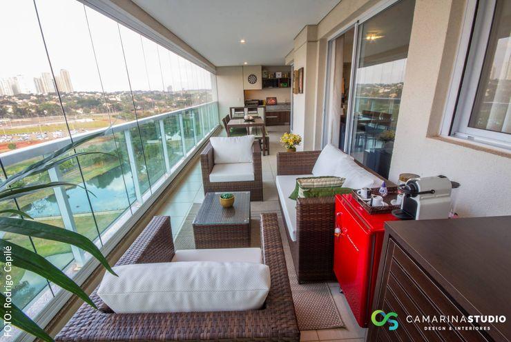 Área social de apartamento contemporâneo Camarina Studio Varandas, alpendres e terraços modernos