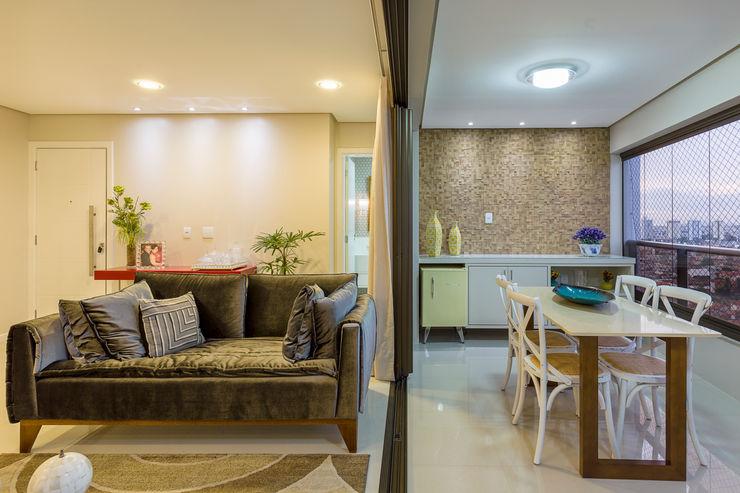 Integração sala de estar e varanda DM ARQUITETURA E ENGENHARIA Salas de estar modernas