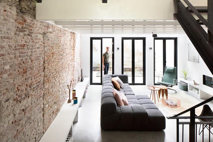 Ruime stadswoning met uitzicht op de grachten BNLA architecten Moderne woonkamers
