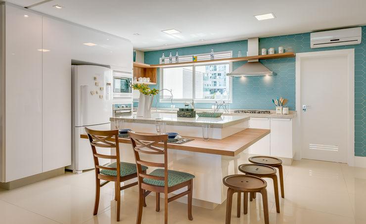 APARTAMENTO COM DECORAÇÃO NO CONCEITO SEREISMO Estúdio Pantarolli Miranda - Arquitetura, Design e Arte Armários e bancadas de cozinha Azul
