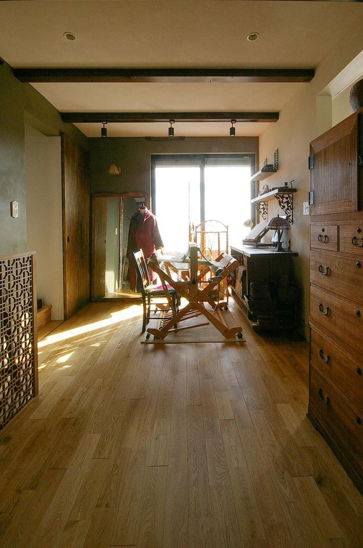 一級建築士事務所アールタイプ Paredes e pisos modernos Madeira Bege
