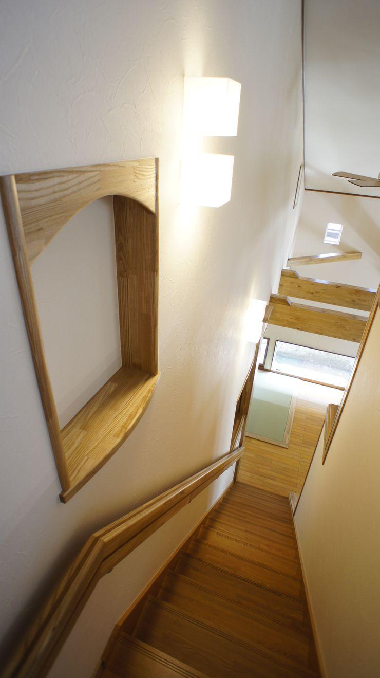 S邸 マルモコハウス Moderner Flur, Diele & Treppenhaus