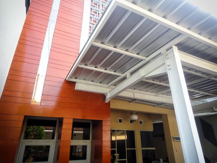 Detail sambungan struktur kolom balok baja, atap, dan dinding. studioindoneosia Rumah Modern Komposit Kayu-Plastik Wood effect