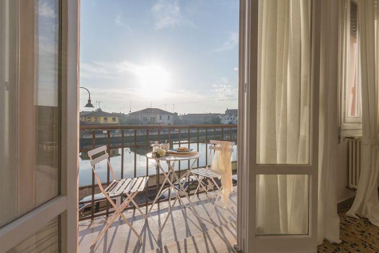 Anna Leone Architetto Home Stager Minimalist Balkon, Veranda & Teras