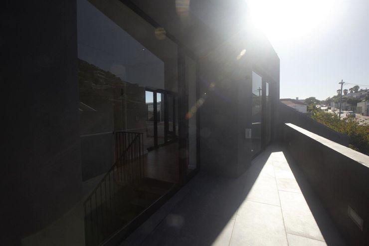 Kunst Architecture & Interiors Modern balcony, veranda & terrace Bricks Brown
