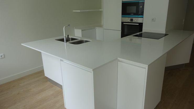 Davide Domingues Arquitecto Kitchen units Stone White