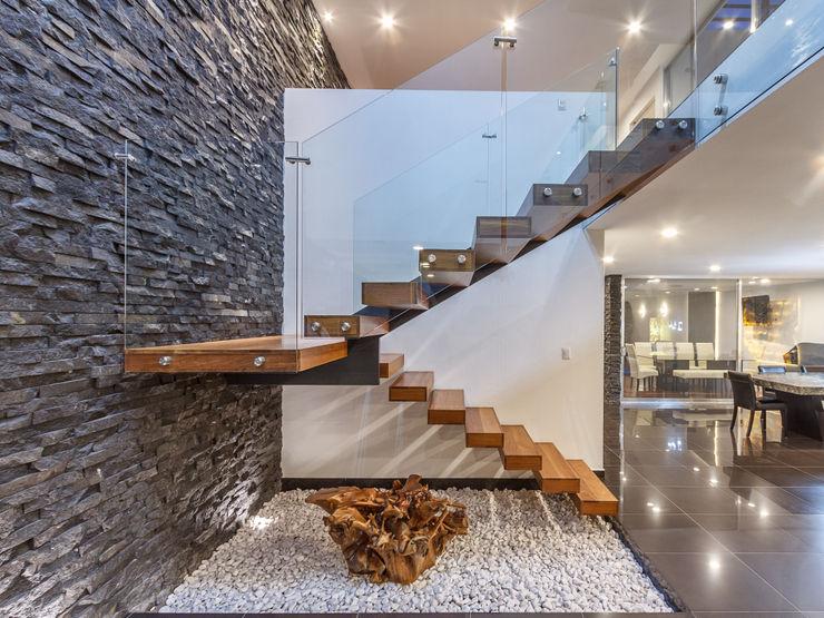 Escalera volada SANTIAGO PARDO ARQUITECTO Pasillos, vestíbulos y escaleras modernos