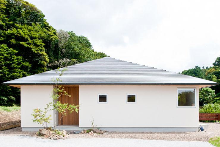 横山浩之建築設計事務所 Casas de madera Blanco