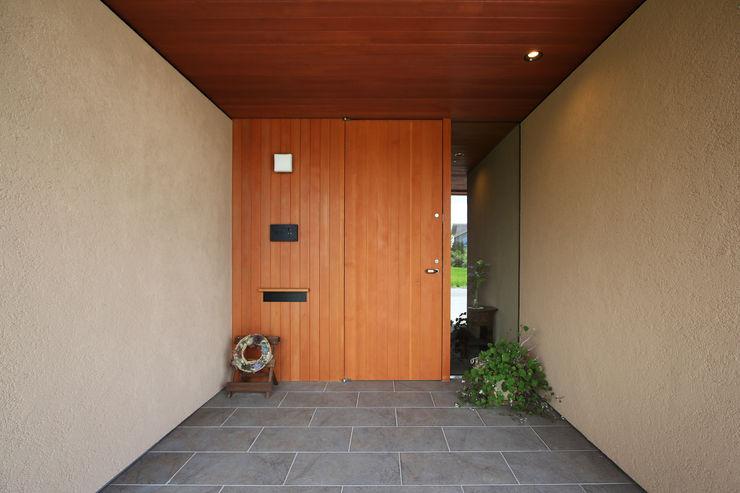 藤松建築設計室 Modern corridor, hallway & stairs