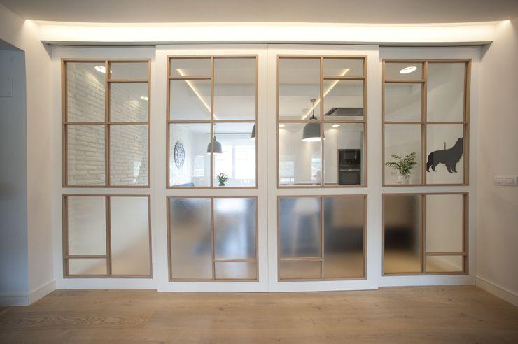 Reforma de vivienda en madera, blanco y tonos azules Sube Interiorismo Puertas de estilo clásico