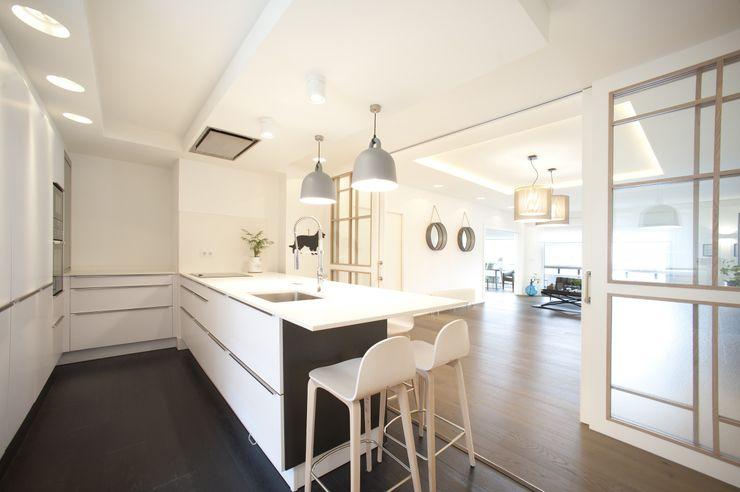 Reforma de vivienda en madera, blanco y tonos azules Sube Interiorismo Cocinas de estilo clásico