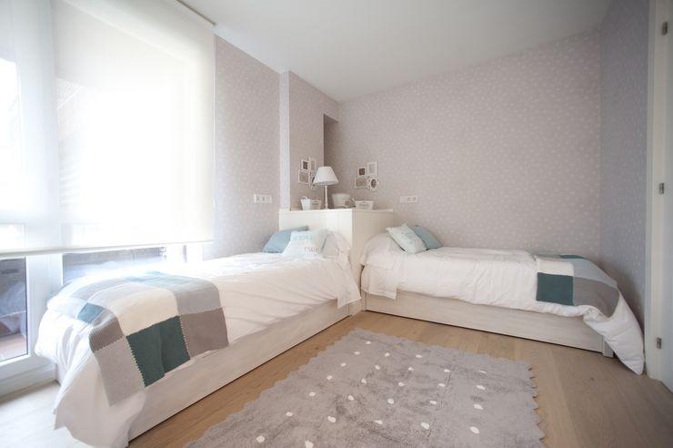 Reforma de vivienda en madera, blanco y tonos azules Sube Interiorismo Habitaciones de niñas