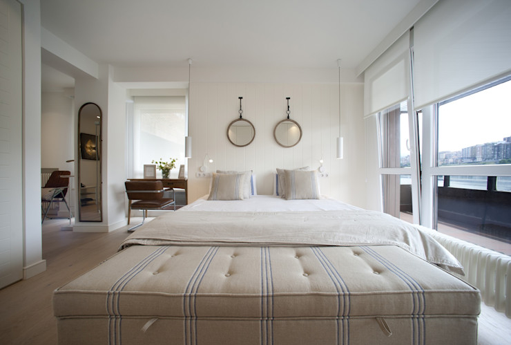 Reforma de vivienda en madera, blanco y tonos azules Sube Interiorismo Dormitorios de estilo clásico