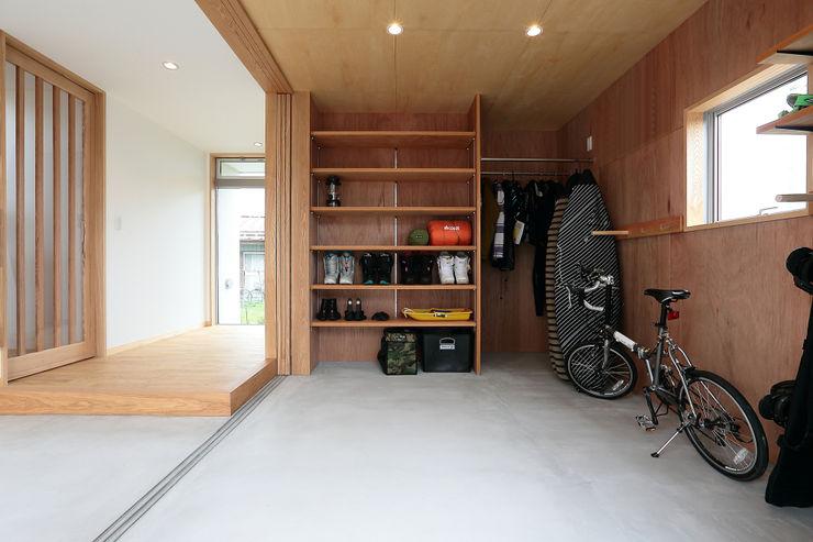 TEKTON | テクトン建築設計事務所 Cocheras dobles Madera