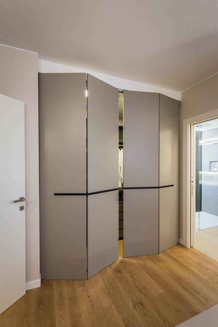 cabina armadio moderna ADIdesign* studio Camera da letto minimalista