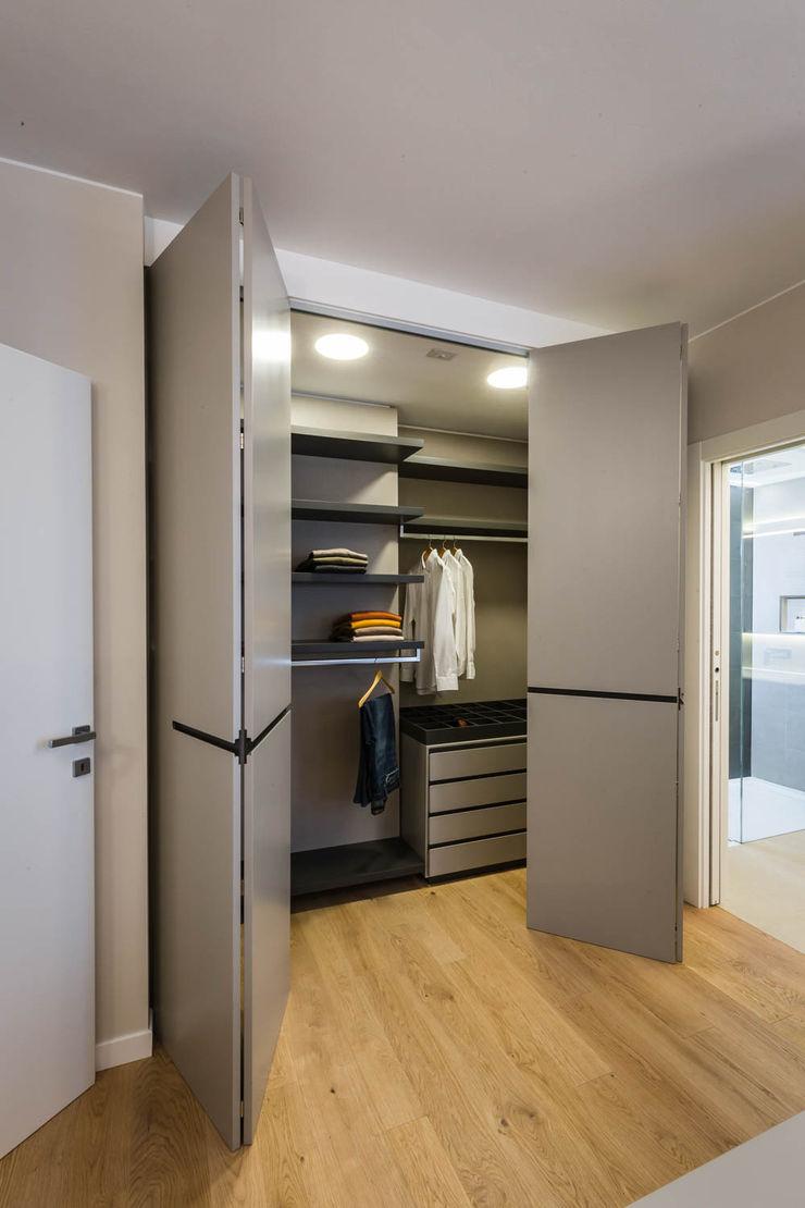 cabina armadio ADIdesign* studio Camera da letto minimalista