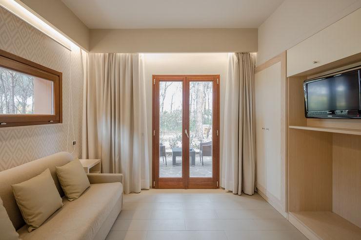 Camere di Sabbia Officina29_ARCHITETTI Soggiorno in stile mediterraneo Beige