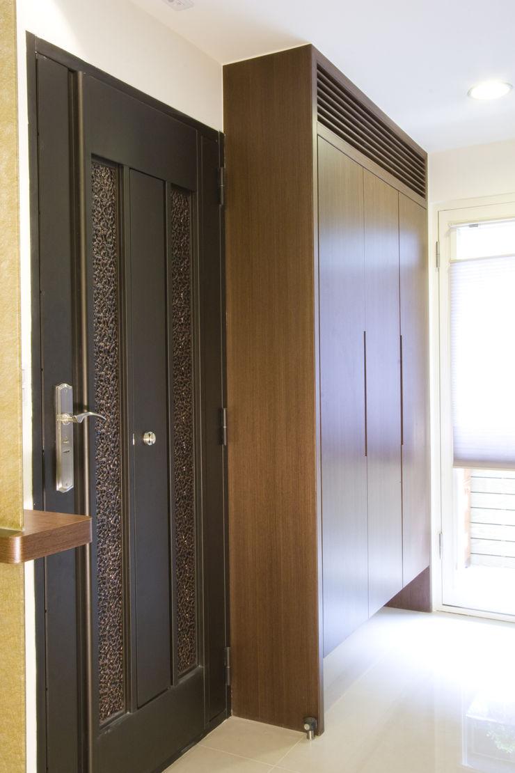 玄關鞋櫃 Hi+Design/Interior.Architecture. 寰邑空間設計 Eclectic corridor, hallway & stairs