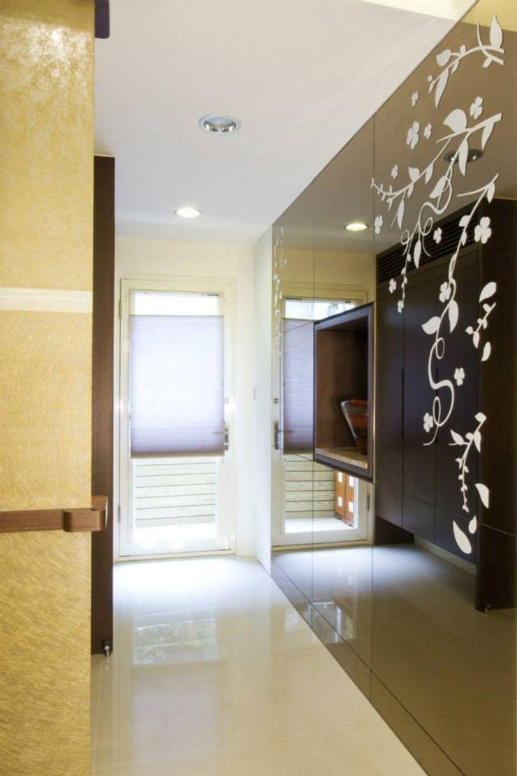 玄關造型隔間牆 Hi+Design/Interior.Architecture. 寰邑空間設計 Eclectic corridor, hallway & stairs