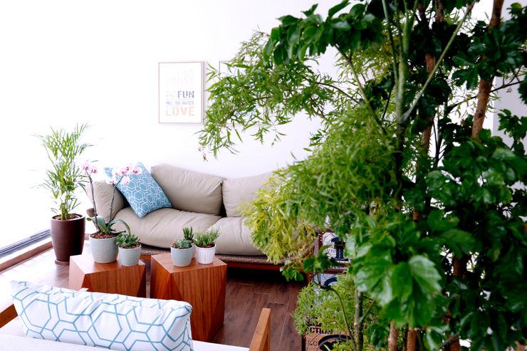 Haus Brasil Arquitetura e Interiores Rustic style balcony, veranda & terrace Green