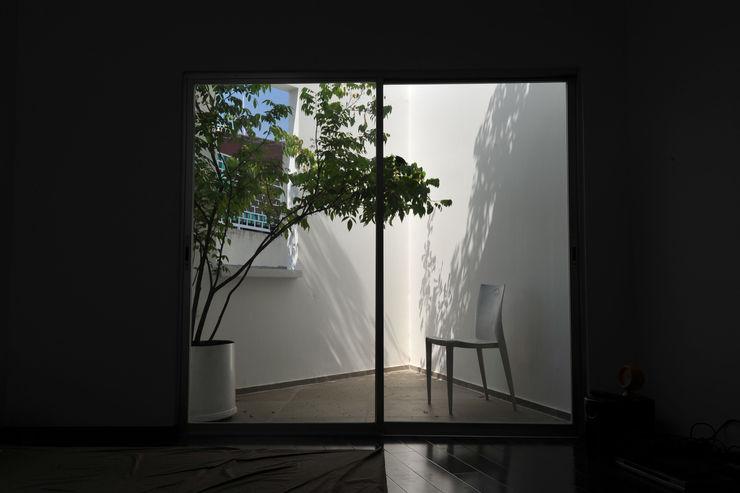 NBD ARCHITECTS Modern Balkon, Veranda & Teras