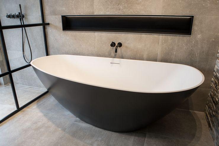 Vrijstaand design bad De Eerste Kamer De Eerste Kamer Moderne badkamers Grijs