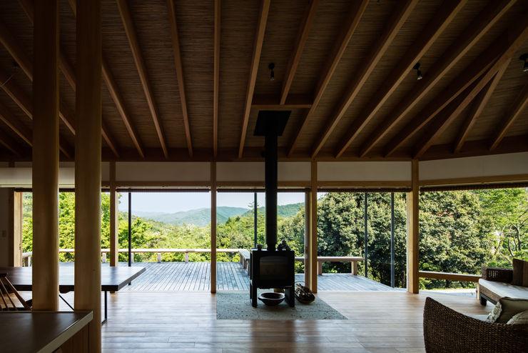 リビングから風景を望む 神家昭雄建築研究室 モダンデザインの リビング 木 木目調