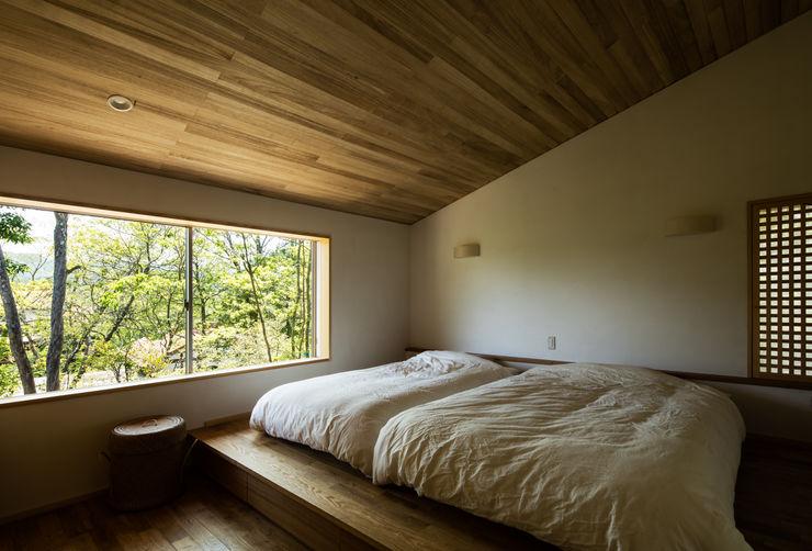 寝室 神家昭雄建築研究室 オリジナルスタイルの 寝室 木 木目調