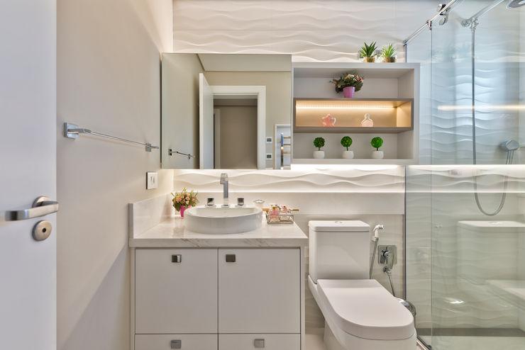 Reforma Sobrado Residencial Ana Crivellaro Banheiros modernos MDF Branco