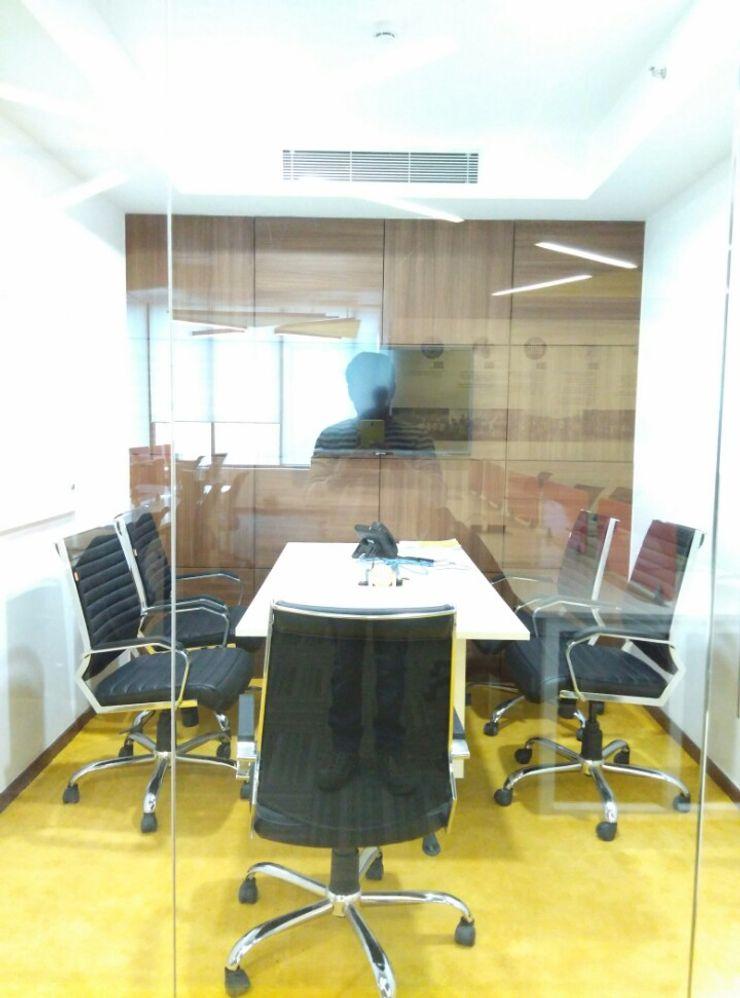 Cabin/Meeting Ravi Prakash Architect 書房/辦公室 複合木地板 Multicolored