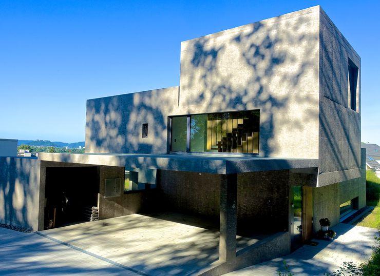 Ostansicht - Foto by zeitwerkstatt Studio Baumann Einfamilienhaus Beton Metallic/Silber