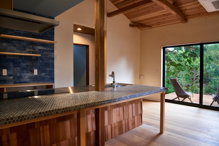 kitchen tai_tai STUDIO ラスティックデザインの キッチン タイル 青色