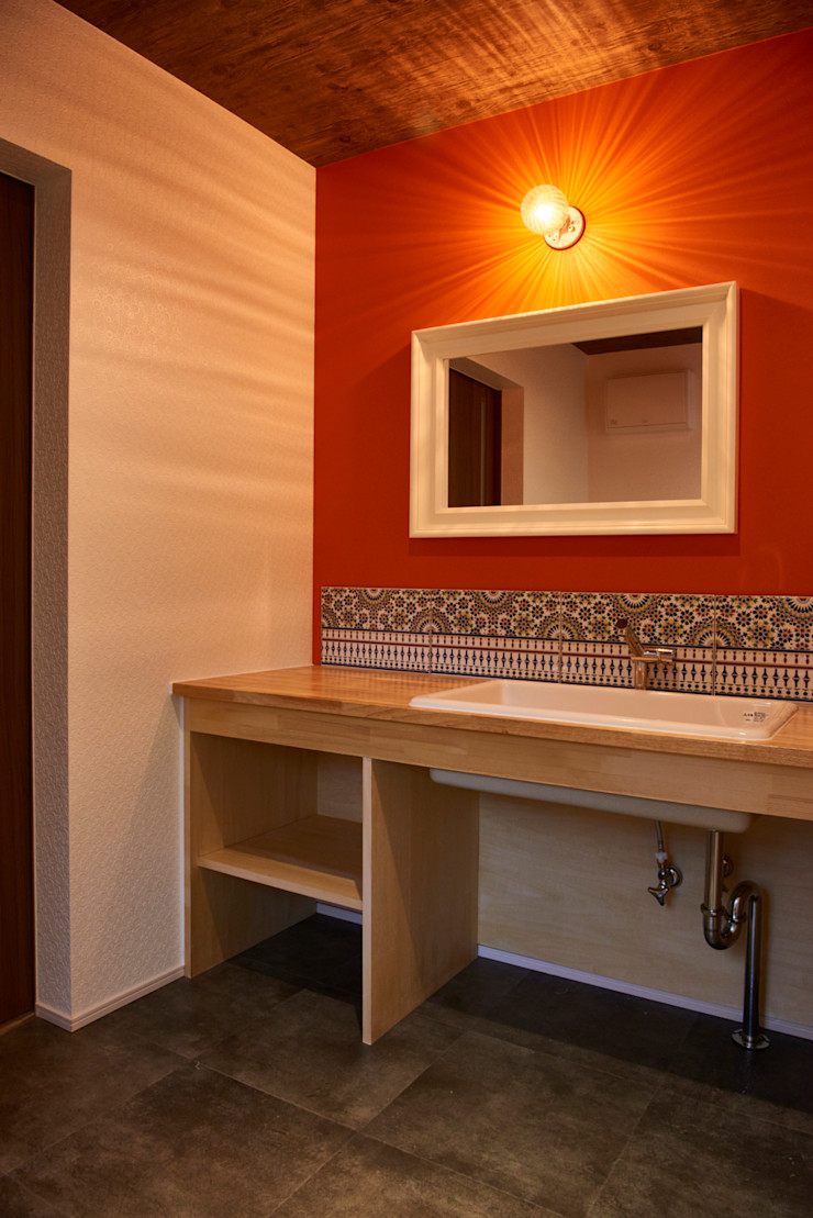 washroom tai_tai STUDIO ラスティックスタイルの お風呂・バスルーム ガラス 赤色