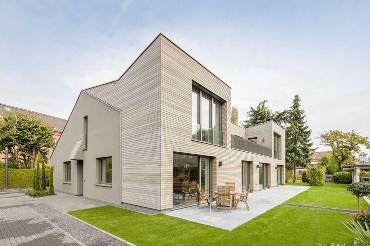 Kerzenmanufaktur Gartenseite ZHAC / Zweering Helmus Architektur+Consulting Moderne Häuser Holz Grau
