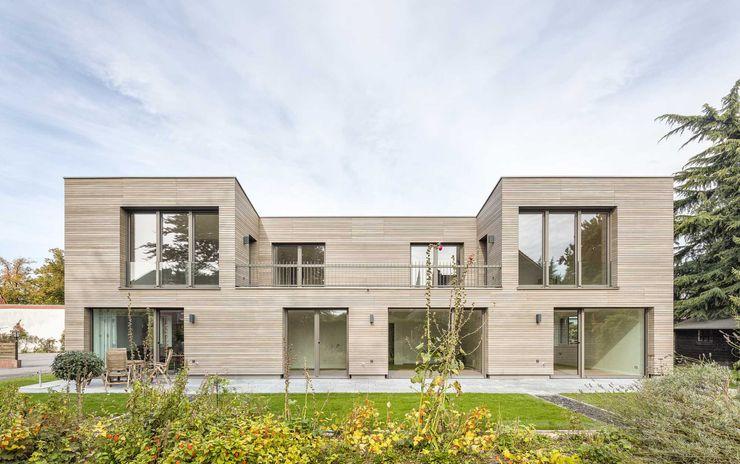 Kerzenmanufaktur Gartenseite frontal ZHAC / Zweering Helmus Architektur+Consulting Moderne Häuser Holz Grau