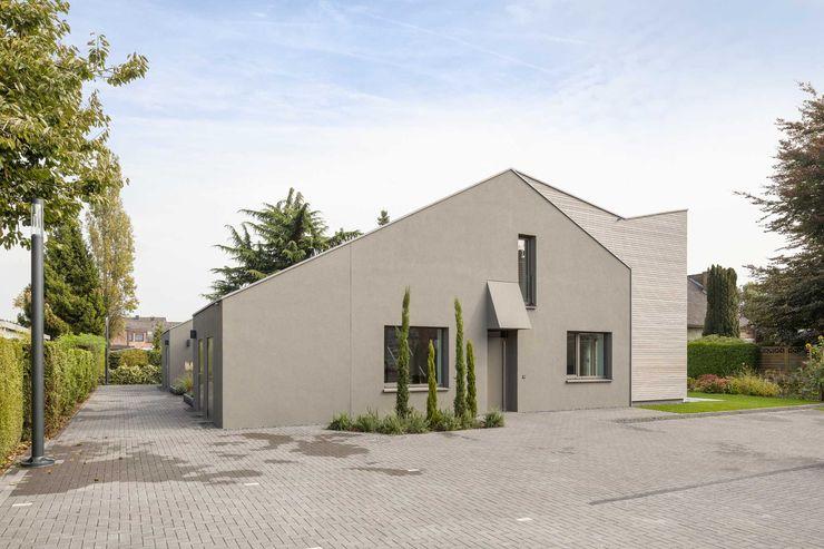Kerzenmanufaktur Eingangsseite ZHAC / Zweering Helmus Architektur+Consulting Moderne Häuser Holz Grau