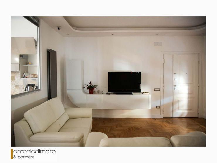 Salotto Arredato antoniodimaro + Partners Soggiorno moderno Bianco