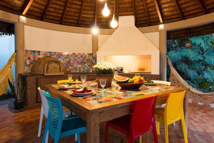 Espaço Gourmet Colorido IZI HOME Interiores Varanda, alpendre e terraçoMobiliário