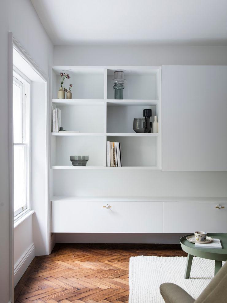 Living room - Media unit (lights off) Brosh Architects Modern Living Room MDF White