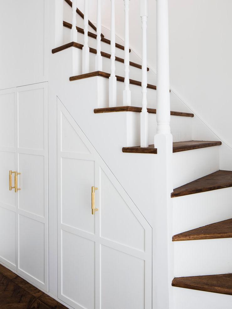 Upper staircase (storage) Brosh Architects Stairs Wood White
