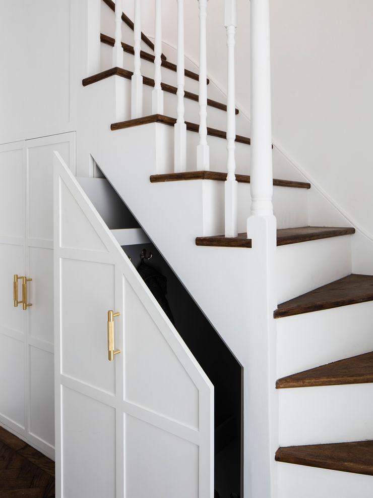 Upper staircase (storage) Brosh Architects Stairs MDF White
