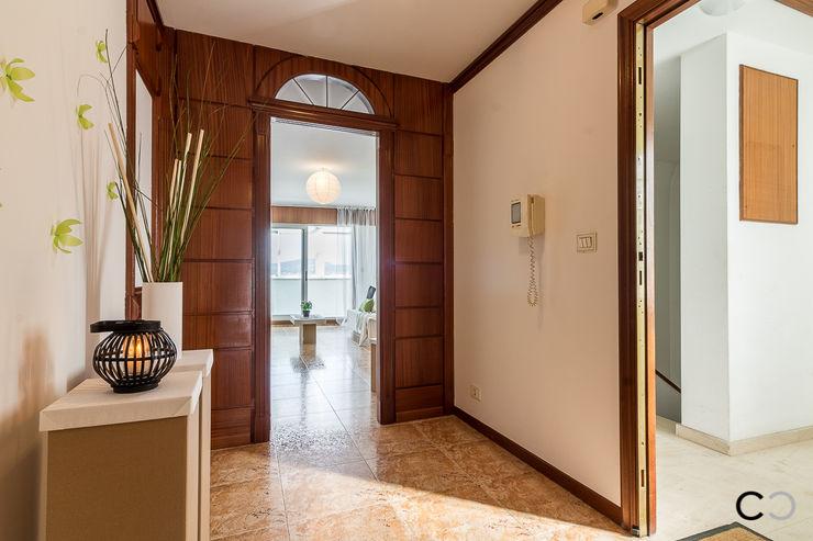 RECIBIDOR CCVO Design and Staging Pasillos, vestíbulos y escaleras de estilo moderno Blanco